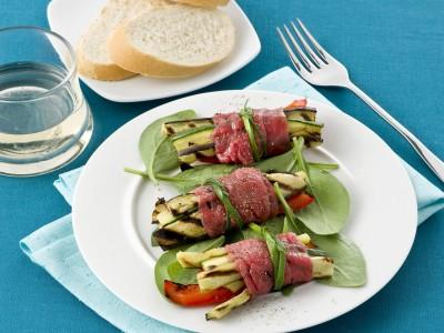 involtini gustosi con contorno di verdure grigliate
