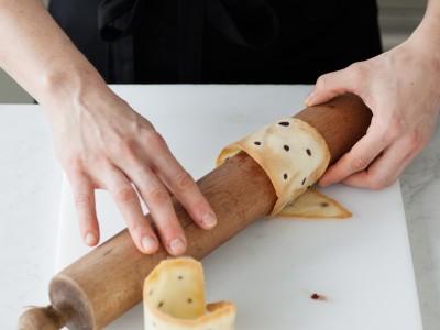 Ricetta lingue di gatto con mousse ai mirtilli preparazione