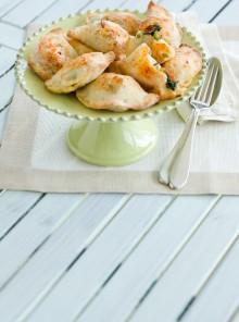 Panzerotti con pisellini, pomodori e mozzarella
