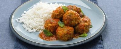 Polpette di carne in umido servite in accoppiata vincente con il riso e la menta fresca.