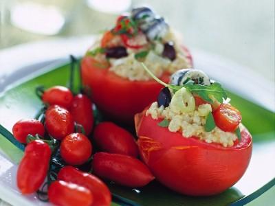 Pomodori ripieni alla panzanella, da servire crudi per una ricetta semplice e veloce o cotti per un risultato più completo, perfetti in entrambe le varianti!