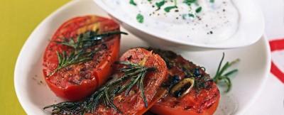 Pomodorini all'aglio cotti alla griglia e serviti con crema di formaggio di capra alle erbe aromatiche ricetta