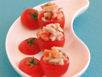 Pomodorini ripieni da divorare in un sol boccone, con all'interno carne di vitello e giardiniera