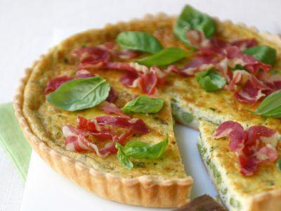 Torta salata di tipo quiche con ripieno leggero a base di piselli e pancetta