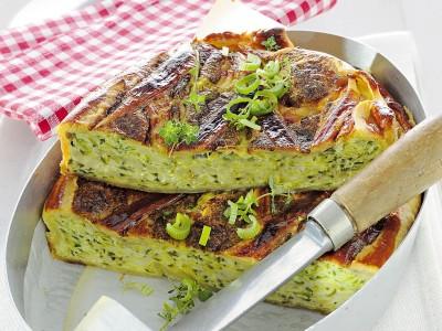 Torta salata di tipo quiche con fresco ripieno di zucchine, erbe e pecorino fresco. ricetta