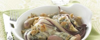 Radicchio e scalogni al blue e noci, un contorno gustoso e semplice da realizzare, perfetto per accompagnare secondi piatti invernali. ricetta