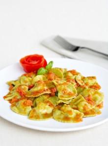 Pansotti di gamberi e zucchine al pomodoro