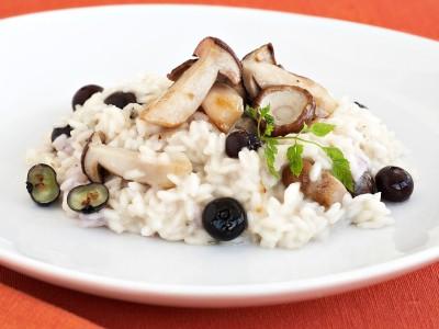 ricetta Risotto semplice con condimento a base di funghi e salsa di mirtilli.
