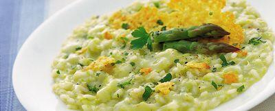 Risotto alle verdure con asparagi freschi guarnito da saporiti dischetti di scaglie di grana.