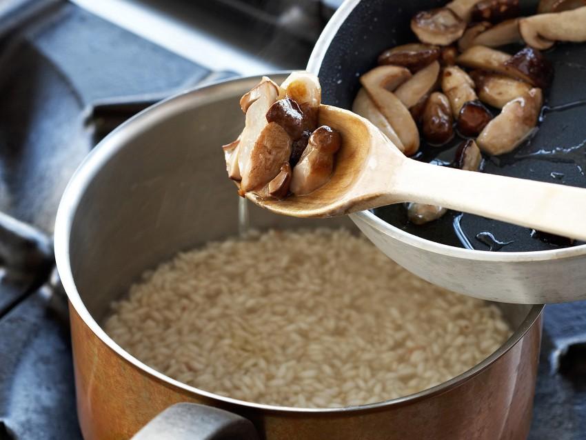 Risotto mantecato ai funghi e mirtilli Sale&Pepe immagine