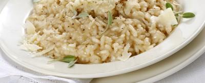 Risotto alla parmigiana dal sapore intenso, dato dalla cottura preventiva del condimento al parmigiano insaporito da un mix di ingredienti profumati.