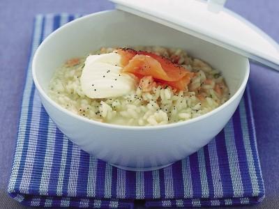 Risotto di riso carnaroli con salmone affumicato e semi di papavero, preparato con créme fraiche e martini secco