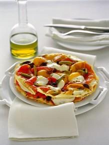Sfogliata con peperoni, bufala e olive nere
