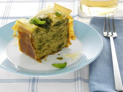 Sformato di lasagne alterativo con condimento a base di crema di pesto al basilico e ricotta fresca. ricetta