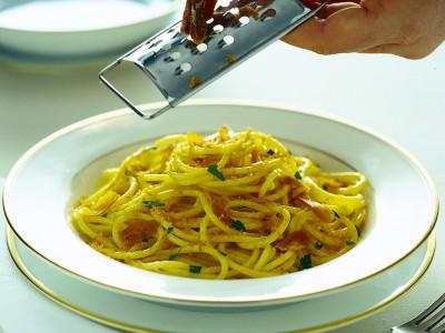 Spaghetti semplici mantecati con abbondante bottarga fresca.