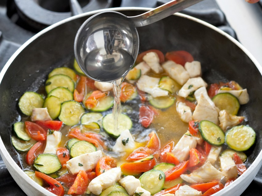 Spaghetti con branzino e zucchine alla menta Sale&Pepe preparazione