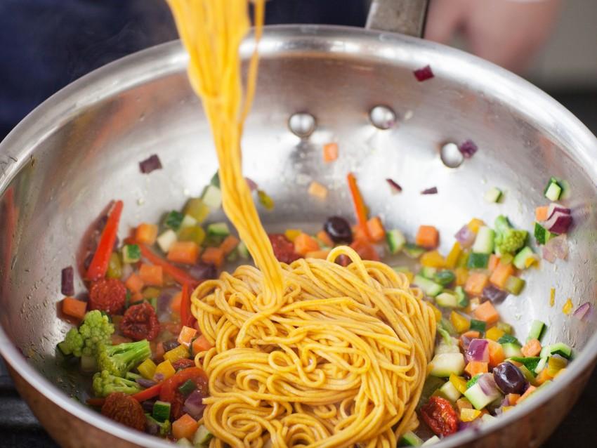 Spaghetti alle carote e curcuma con verdure Sale&Pepe step