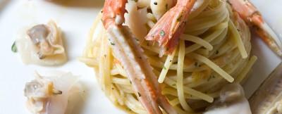 Spaghetti conditi con un mix di frutti di mare e crostacei cotti e crudi. ricetta