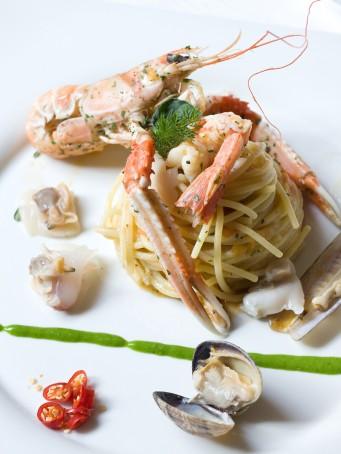 Spaghetti con frutti di mare e crostacei cotti e crudi Sale&Pepe ricetta
