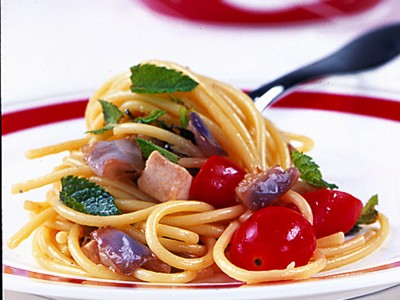 Spaghetti con condimento saporito a base di sugo di pesce spada e melanzane.