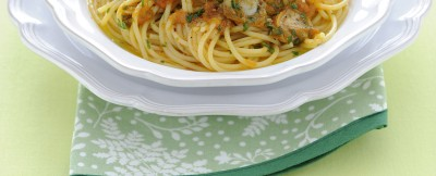 Spaghetti alle vongole in variante insaporita con curry.