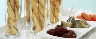 Spirali di pasta sfoglia fresca con ripieno a base di speck e formaggio, cotte in forno.