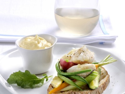 Crostoni di pane con aioli, stoccafisso norvegese e verdure.
