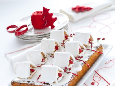Ricetta torta con pasta di mandorle e casette innevate   foto