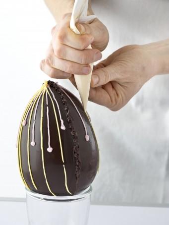 Decorare un uovo di cioccolato