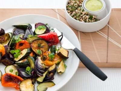 Verdure grigliate con salsa alle erbe miste e aglio arrostito