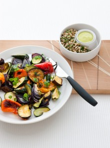 Verdure grigliate con salsa alle erbe e aglio arrostito