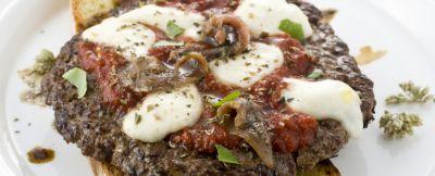 Hamburger-alla-pizzaiola-con-le-acciughe