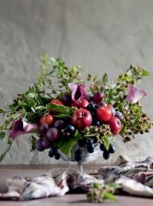 Alzatina di uva e prugne