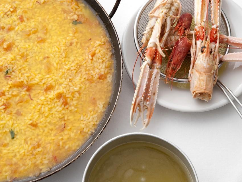 arroz-a-banda-con-crostacei-e-molluschi foto
