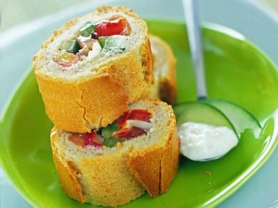 baguette-con-insalata-mediterranea-e-salsa-greca