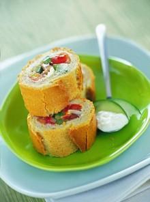 La baguette con insalata mediterranea e salsa greca