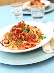 Le bavette al sugo di pomodoro piccante con olive e moscardini