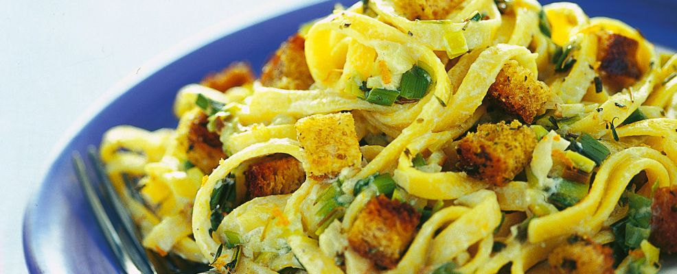 bavette-con-ricotta-cipollotti-e-crostini ricetta