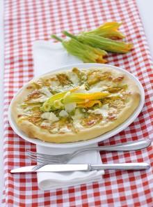 La pizza bianca con i fiori di zucca