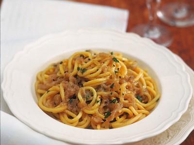bigoli-in-salsa-di-cipolle-e-acciughe ricetta
