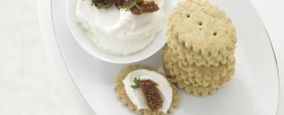 biscottini-alle-mandorle-con-formaggio-di-capra-e-composta-di-fichi-secchi