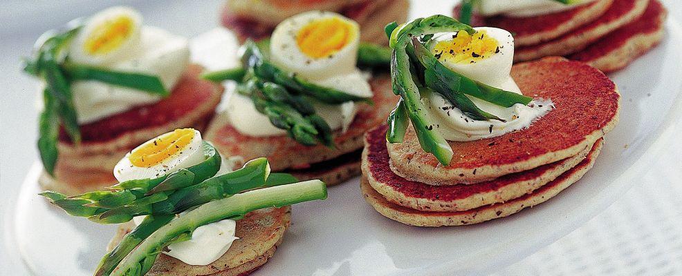 blinis-con-asparagi-e-uova-di-quaglia