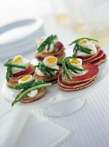 I blinis con asparagi e uova di quaglia