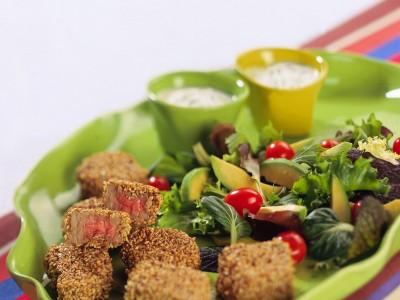 bocconcini-di-manzo-al-sesamo-con-insalata