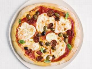 bufala-pomodori-secchi-olive-e-basilico
