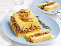 cake-alla-salsiccia-con-cipolle-caramellate