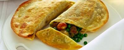 calzoncini-con-piselli-salsiccia-e-cipolline