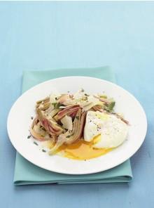 Uovo in camicia con insalata di carciofi e parmigiano