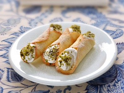 cannoli-con-chantilly-e-pistacchi