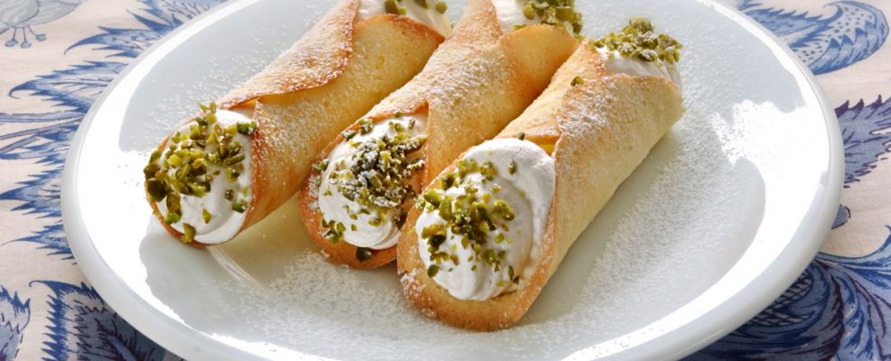 cannoli-con-chantilly-e-pistacchi